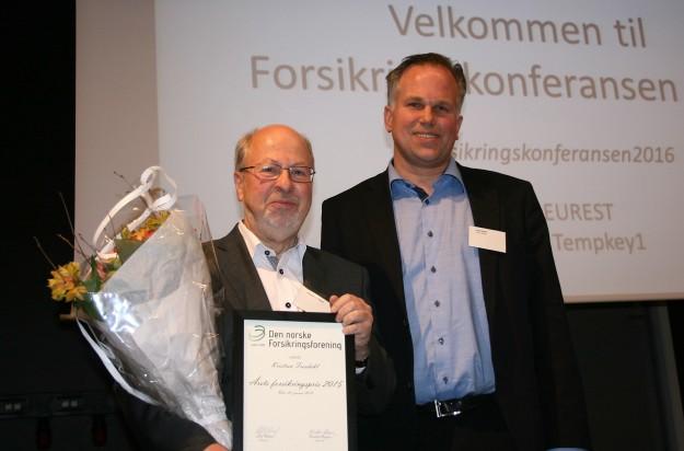 Prisvinner Kristian Trosdahl og styreleder i Forsikringsforeningen Leif Osland